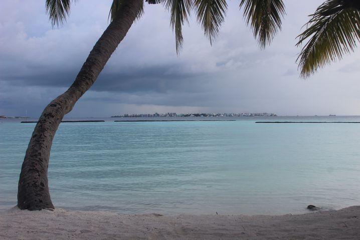 Das Klischee: Urlaubsparadies Malediven. Von sozialen oder politischen Spannungen, Arbeitslosigkeit und Drogenproblemen in Städten wie Male (am Horizont) bekommen Urlauber nichts mit