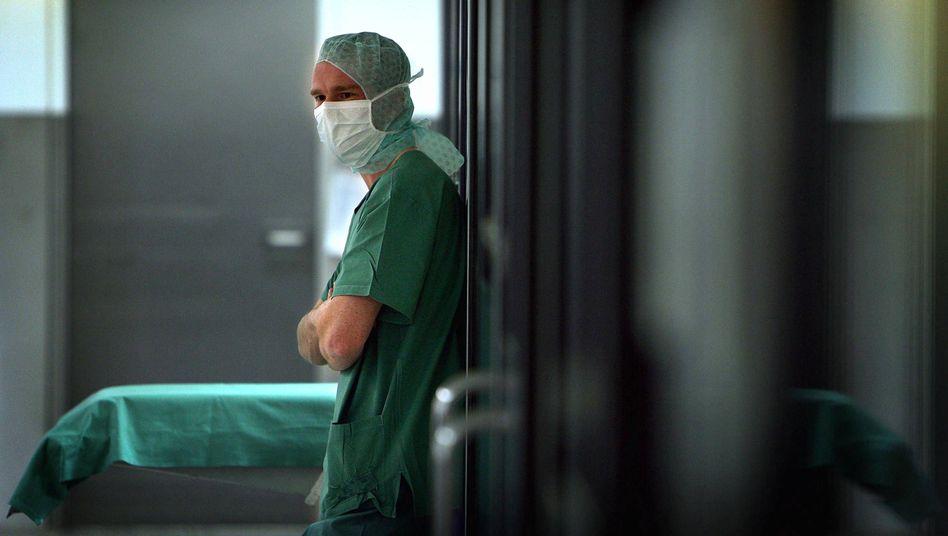 Arzt im Krankenhaus: Hamburger bleiben besonders lange in der Klinik