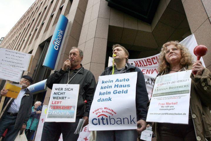 Demonstration geschädigter Lehman-Anleger: Banken werben um das verlorengegangene Kundenvertrauen