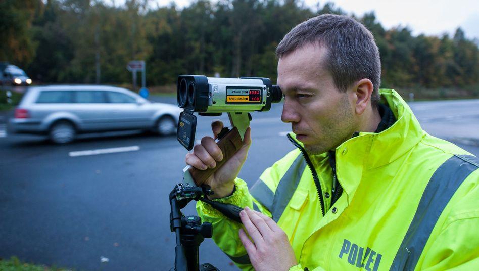 Polizist mit Tempomessgerät: Geschwindigkeitskontrollen in ganz Deutschland