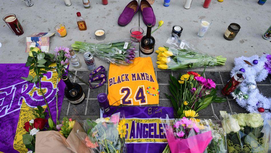 """Gedenkstätte für Kobe Bryant in Los Angeles: """"Das ist eine sehr schwere Zeit für uns alle"""", schreibt sein ehemaliges Team"""