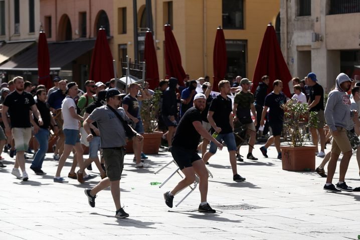 Russische Fans bei einer Straßenschlacht während der EM 2016