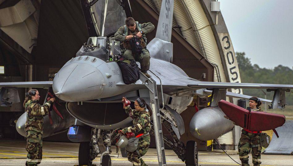 Soldaten an einem F16-Kampfflugzeug in Spangdahlem: An der US-Airbase in dem Eifelort wurden gerade erst eine neue Middle- und eine Highschool für 87 Millionen Dollar gebaut