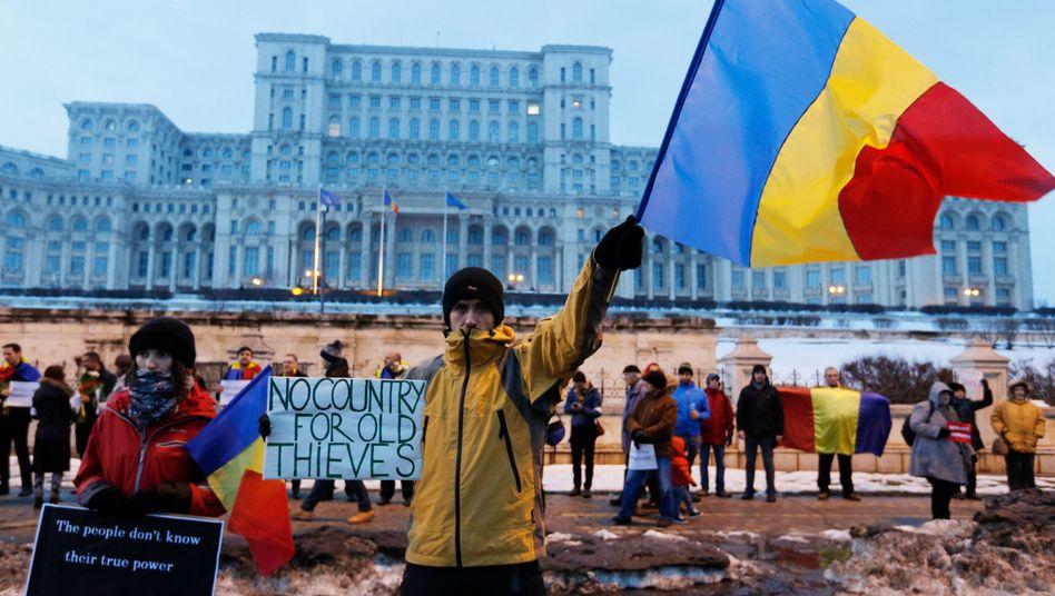 Demonstranten in Bukarest vor dem Parlamentspalast