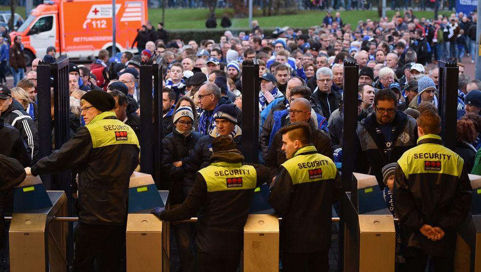 Sicherheitskontrollen auf Schalke: Randalierer wollten Eingang stürmen