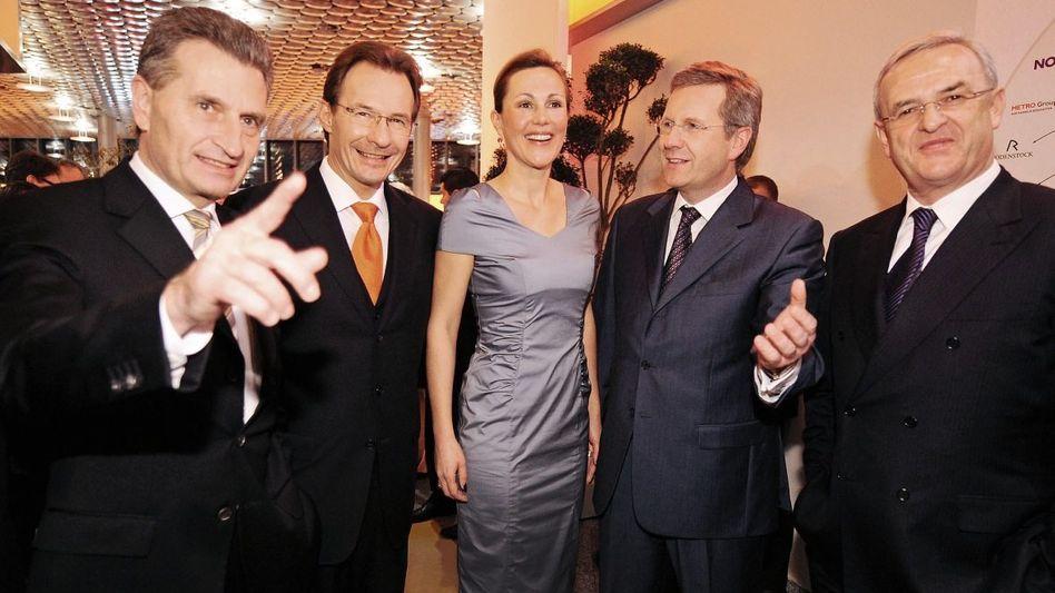 Ministerpräsidenten Wulff (2. v. r.), Oettinger, Porsche-Chef Macht, Wulff-Ehefrau Bettina, VW-Chef Winterkorn 2009