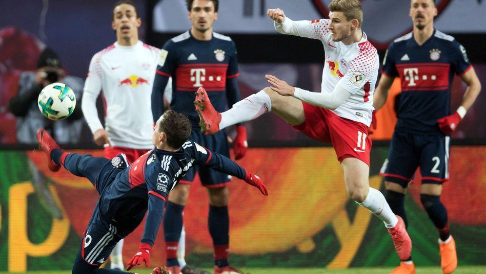 Sebastian Rudy (l.) und Timo Werner kämpfen um den Ball