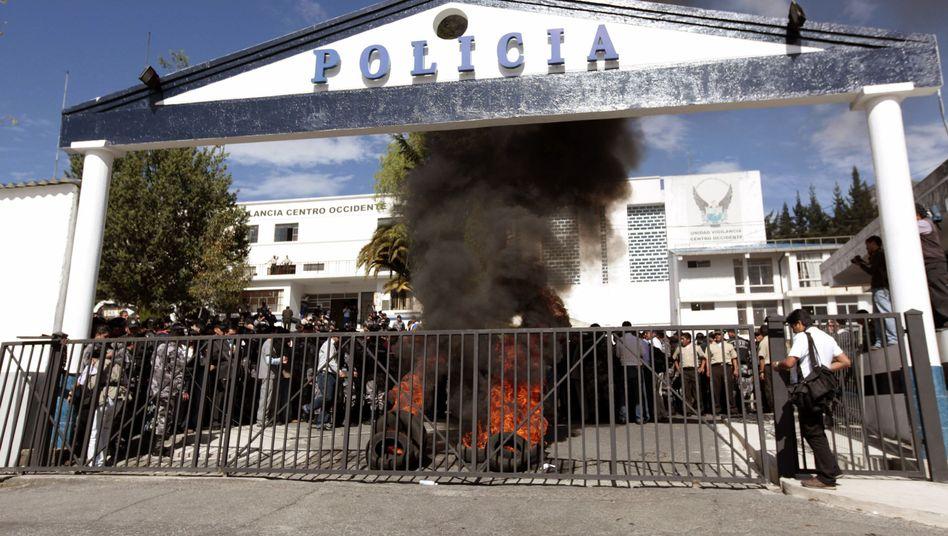 Sicherheitskräfte verbrennen Reifen an einer Polizeistation in Quito