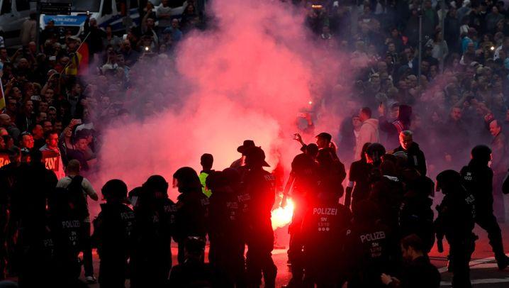 Krawalle in Chemnitz: Feuer und Fahnen
