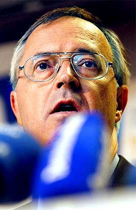 Nach der Entscheidung der EU-Kollegen unter heftigem Beschuss: Finanzminister Eichel in Brüssel