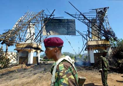 Am Eingang des Hotelgeländes schieben kenianische Polizisten Wache
