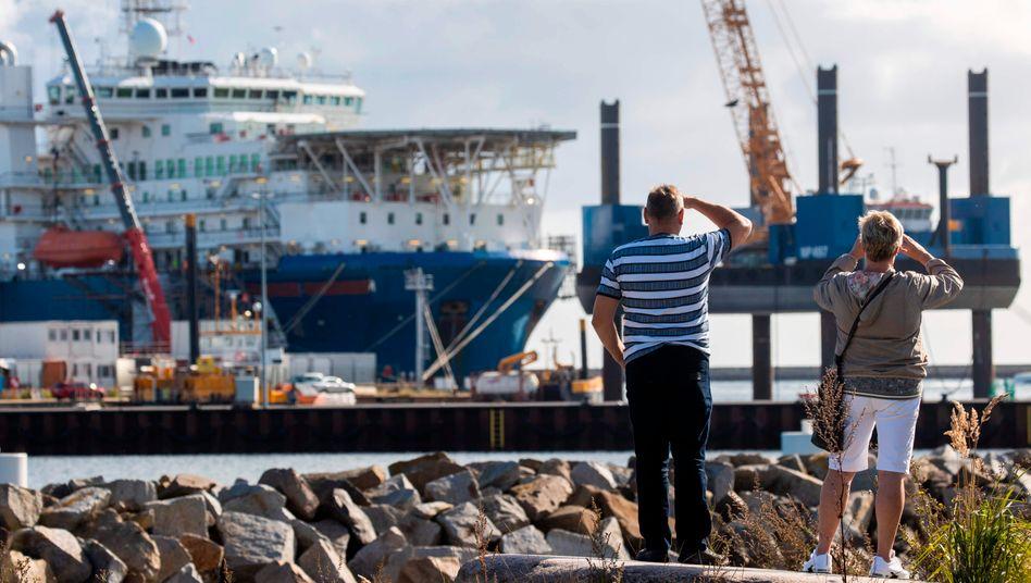 Russisches Verlegeschiff »Akademik Cherskiy« im Hafen Mukran auf Rügen