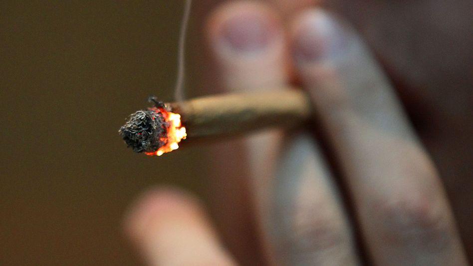Ein Mann raucht einen Joint: Die Polizeigewerkschaften sind gegen eine Cannabis-Legalisierung