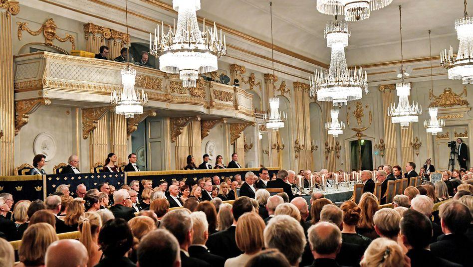 Mitglieder der Schwedischen Akademie bei ihrem jährlichen öffentlichen Abendessen (Archiv)