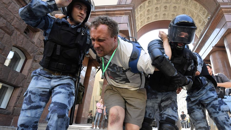 Einsatzkräfte der Nationalgarde führen einen Demonstranten ab
