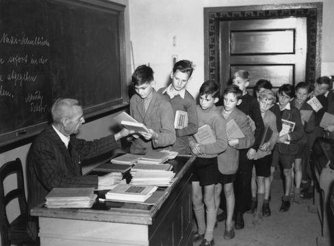 Alle Nazibücher abgeben: Schulbeginn Ende August 1945