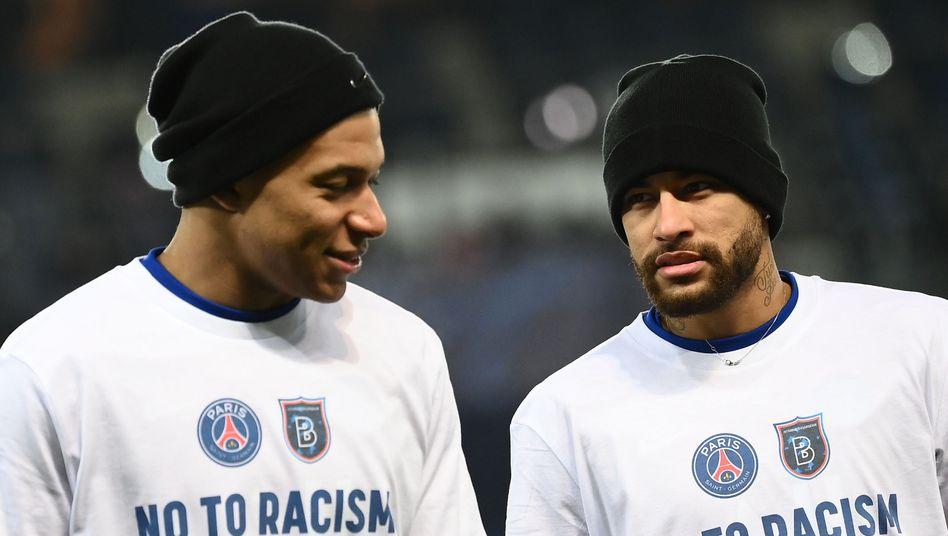 Kylian Mbappé (l.) und Neymar vor dem Nachholspiel zwischen Paris St. Germain und Başakşehir mit einer Botschaft