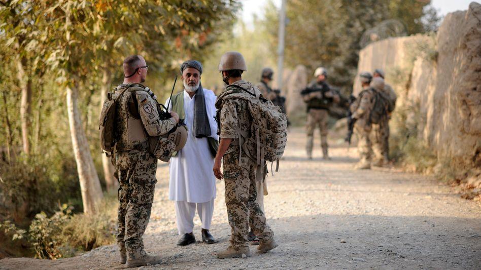 Bundeswehrsoldat (l.) mit Dolmetscher (r.) in Kundus: Fast 20 Jahre lang arbeiteten Hunderte Afghanen als sogenannte Ortskräfte für die Bundeswehr
