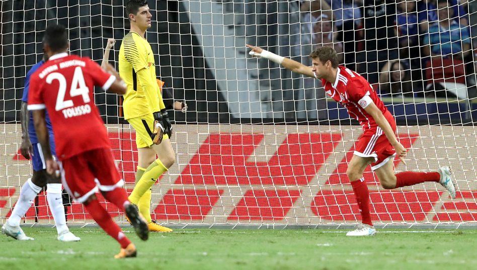 Thomas Müller (r.) bejubelt einen seiner Treffer gegen Chelsea