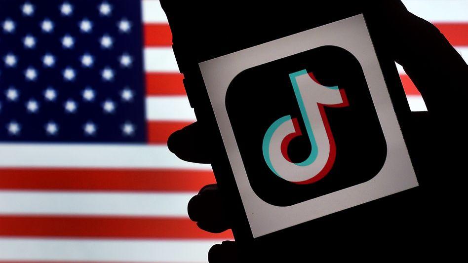 Video-App TikTok vor US-Flagge: Trump setzt Kauffrist bis zum 15. September