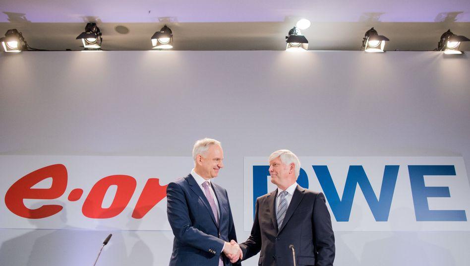 RWE-Vorstandschef Rolf Martin Schmitz (r.) mit E.on-Boss Johannes Teyssen