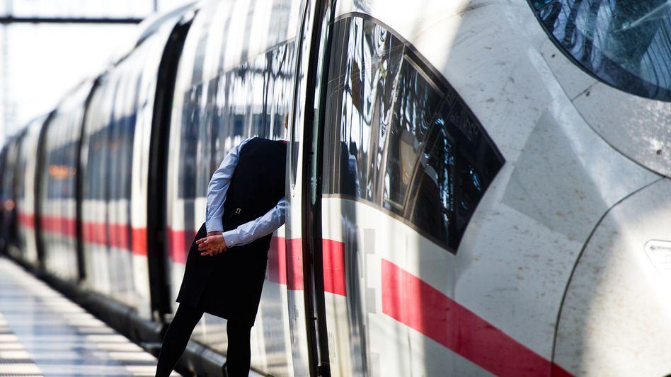 Kopf in den Zug stecken: Bahn und Politik stehen nicht zu ihren Tricks