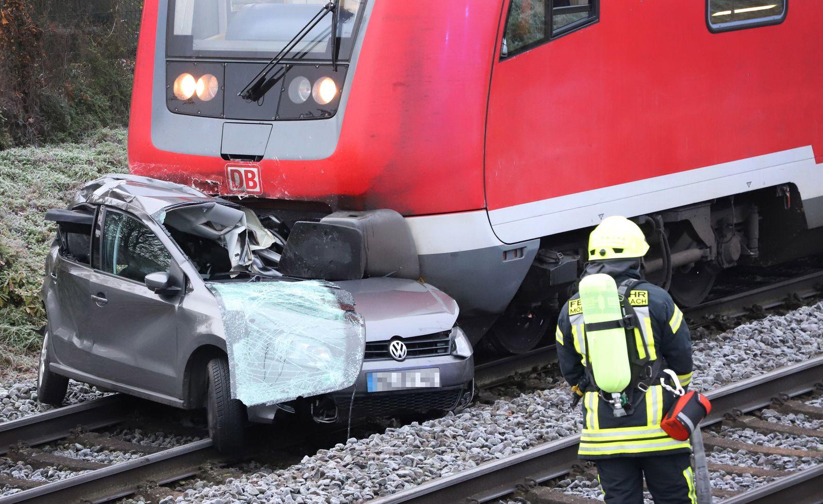 Auto vom Zug erfasst