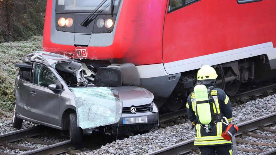 Unfall in Mönchengladbach: Der RE4 konnte nicht rechtzeitig bremsen und erfasste ein Auto
