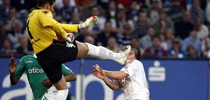 Werder-Torhüter Wiese gegen Olic (im Mai 2008): Mehr Respekt untereinander
