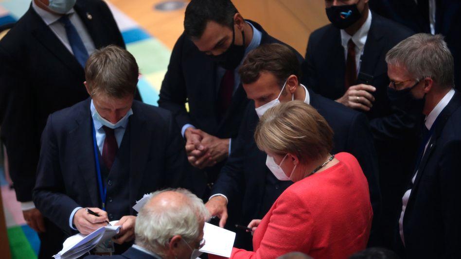 Bundeskanzlerin Angela Merkel spricht mit Pedro Sánchez (M.,hinten), Ministerpräsident von Spanien, und Frankreichs Präsident Emmanuel Macron (3.v.r.) vor einem Treffen am runden Tisch im Rahmen des EU-Gipfels.