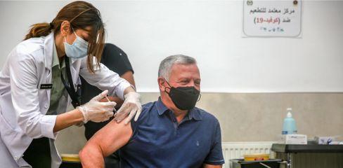 Jordaniens König Abdullah II. bei der Impfung am 14. Januar in Amman