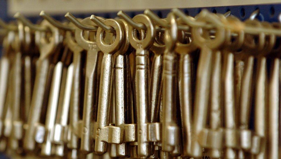 Schlüssel hängen im Laden eines Schlüsseldienstes