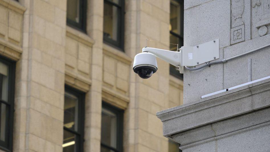 Eine Überwachungskamera an einem Gebäude im Finanzdistrikt von San Francisco