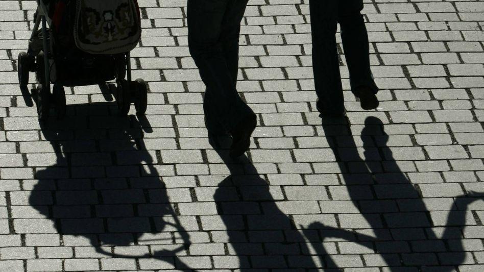 Paar mit Kleinkind: Deutsche Väter wünschen sich mehr Zeit für ihre Kinder