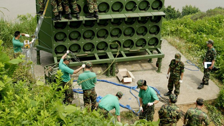 Südkoreanische Soldaten beim Abbau einer Beschallungsanlage