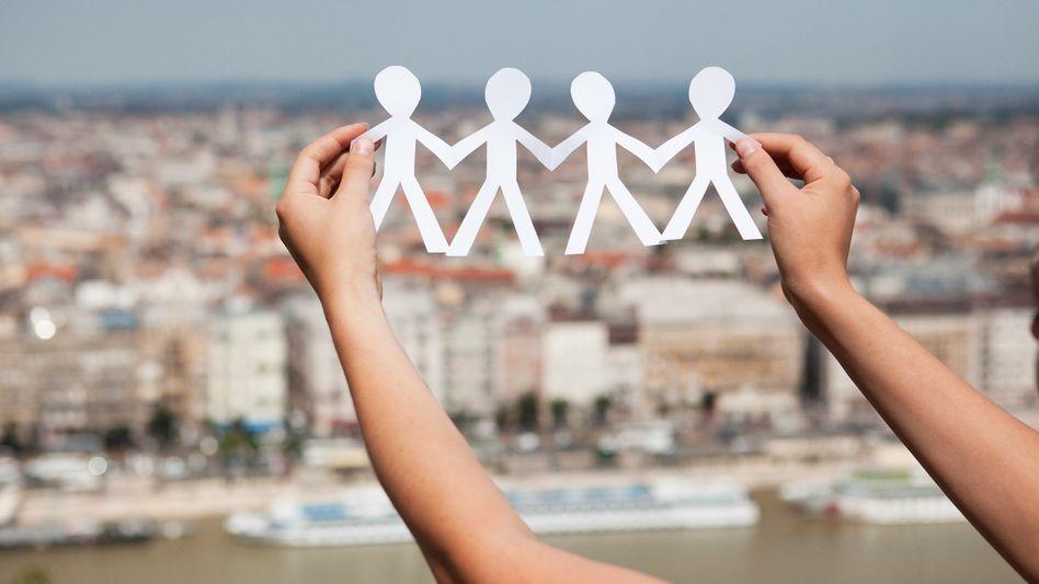 Von einem zum anderen: Über wie viele Kontakte ist man mit jedem beliebigen Menschen auf der Welt verbunden?