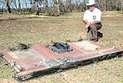 Texanischer Sheriff James Campbell und Wrackteil: Manche der Reste glühten und qualmten noch