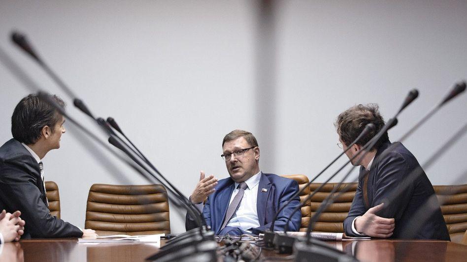 Außenpolitiker Kossatschow (M.) beim SPIEGEL-Gespräch(*): »Alles eingefroren«