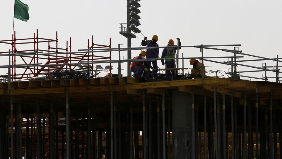Abhängig vom Arbeitgeber: Migranten auf einer Baustelle in Doha (Archivbild)