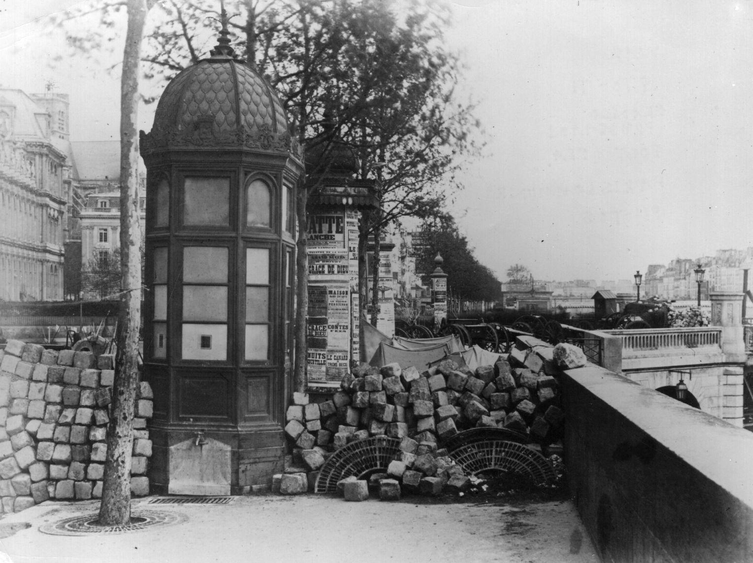 Оборона: В Париже были возведены баррикады из булыжника, например, на набережной Пеллетье и на Пон-д'Арколе. Этот снимок был сделан французским фотографом Огюстом Бруно Бракеха (1823-1875), одним из пионеров французской фотографии.  Фото: Архив Халтона / Getty Images