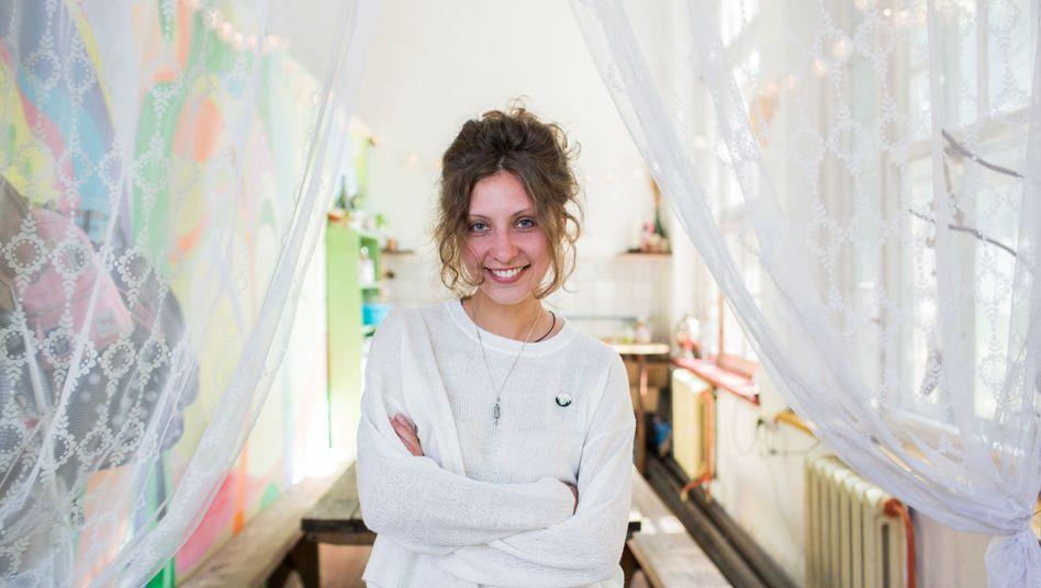 Arina Smirnowa hätte Karriere machen können. Sie entschied sich, in ihren Heimatort in der Kaliningrader Region zurückzukehren, um sich um Jugendliche zu kümmern. Die bauten mit ihrer Hilfe einen Jugendklub auf. Gern hätten sie in ihrem Ort mehr WM-Touristen begrüßt.
