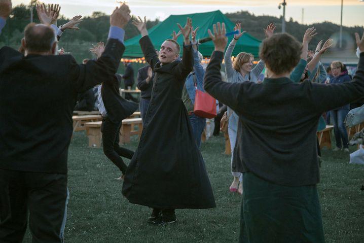 Daniel (Bartosz Bielenia) beim Tanz mit der Dorfgemeinschaft: erst zögerlich, dann begeistert