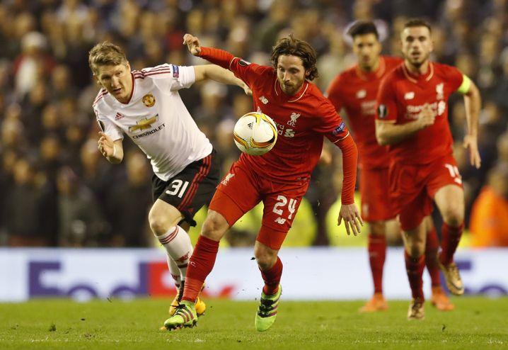Bastian Schweinsteiger (l.) im Zweikampf mit Joe Allen. Im Hintergrund Emre Can und Liverpools Kapitän Jordan Henderson.