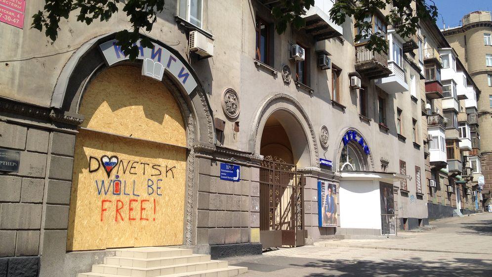 Szenen aus Donezk: Zerbombte Häuser, vernagelte Läden