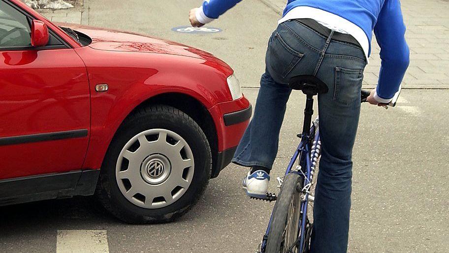 Radfahrer gegen Auto: Fahrbahnmitte als Kampfspur