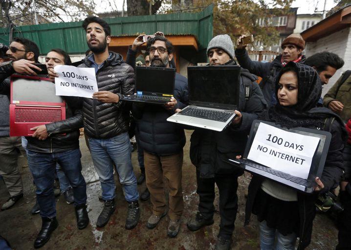 Da waren sie bereits 100 Tage offline: Proteste von Journalisten aus Kaschmir im November