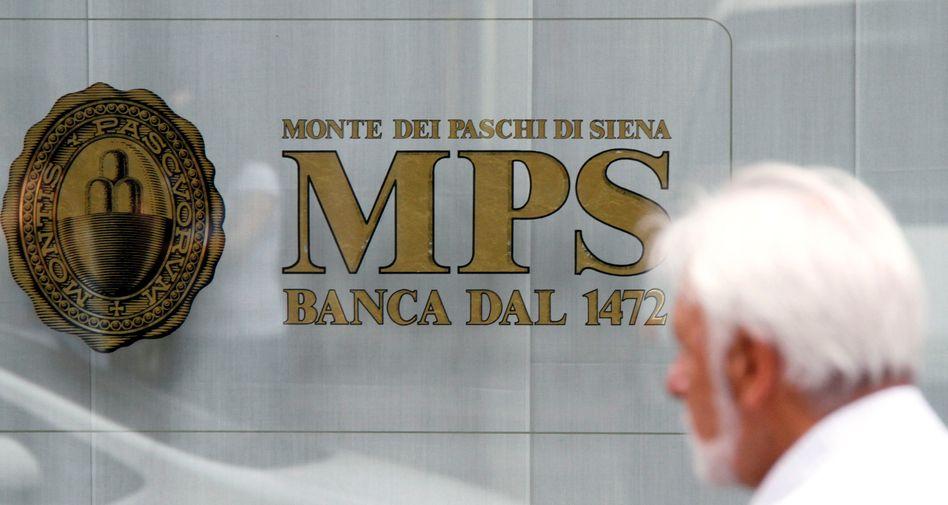 Passant vor dem Bankhaus Monte dei Paschi di Siena: 25 Milliarden Euro in Staatsanleihen
