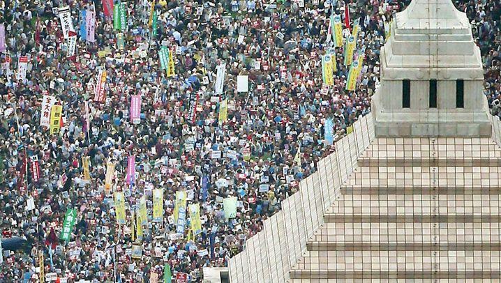 """Massendemo in Tokio: """"Nein zum Krieg!"""""""
