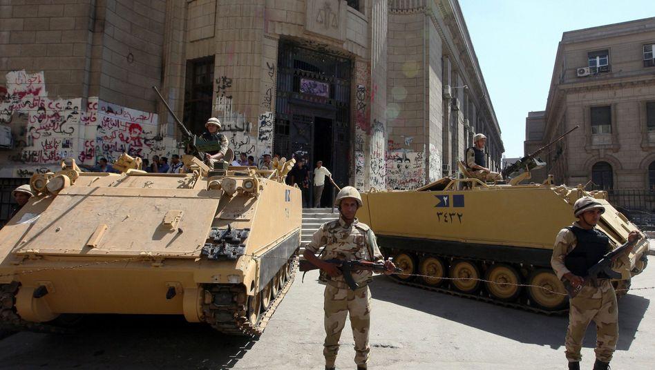 Panzer und Straßensperren: Kairo wirkt wie eine Geisterstadt