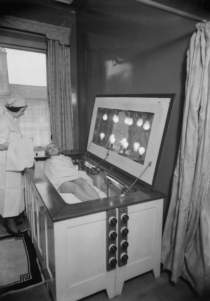 Risiken und Nebenwirkungen: Ein eng verwandter Vorläufer der Sonnenbank aus dem Jahr 1934. Anders als bei Wolffs Konstruktion erfolgte hier jedoch eine direkte Bestrahlung der Sonnenbadenden - die sich mit einem Handtuch schützen mussten.